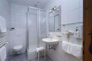 5-bed room, shower or bath, toilet